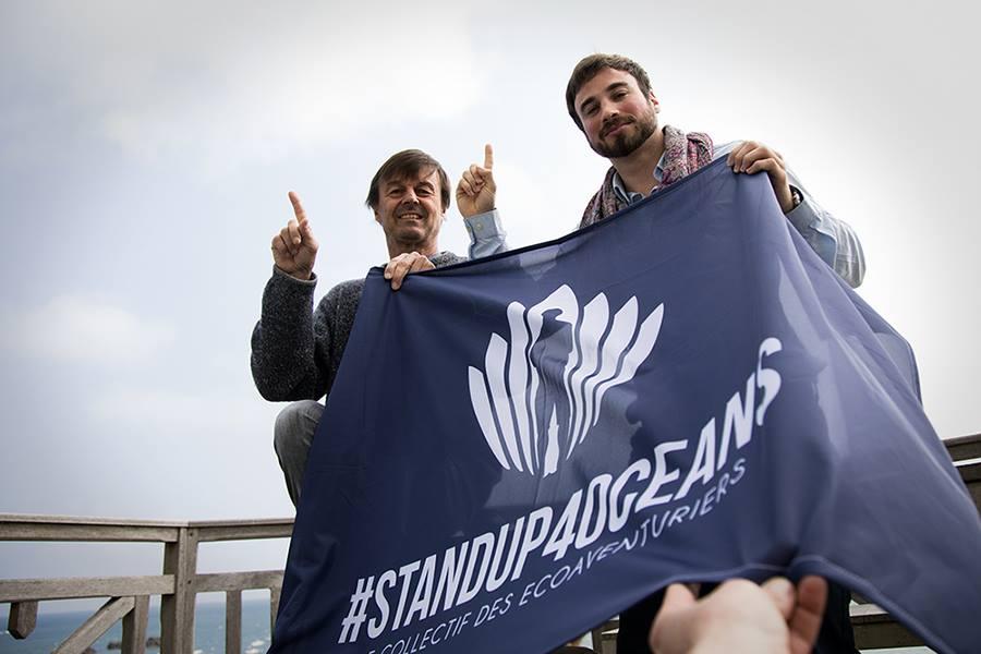 Nicolas Hulot et julien moreau drapeau logo standup4oceans paddle tour de Bretagne océan